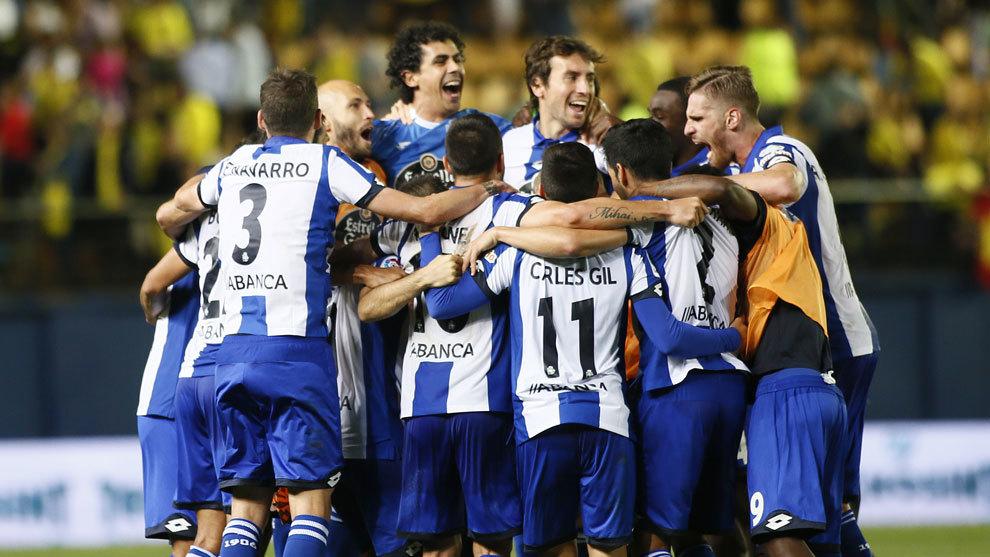 Los jugadores del Dépor celebrando la salvación ante el Villarreal