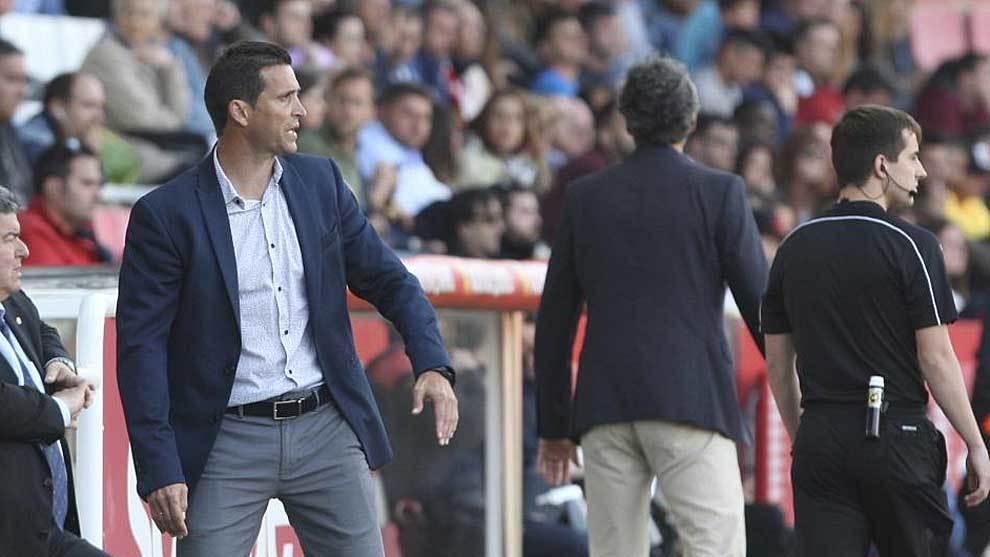 Juan Merino, en la banda del Nou Estadi durante el partido ante el...
