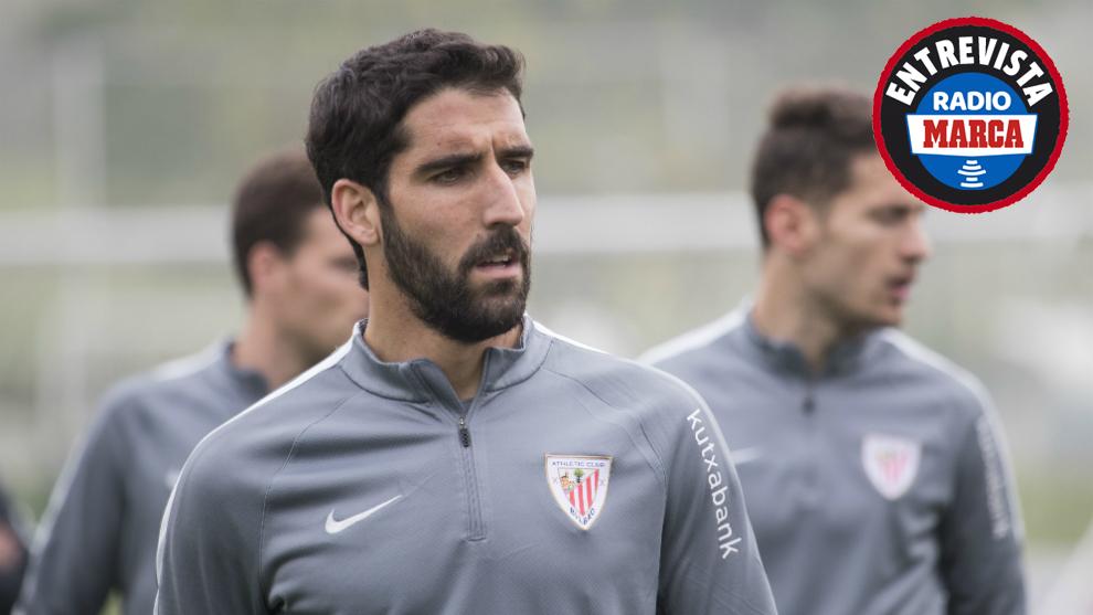 Raúl García durante un entrenamiento con el Athletic