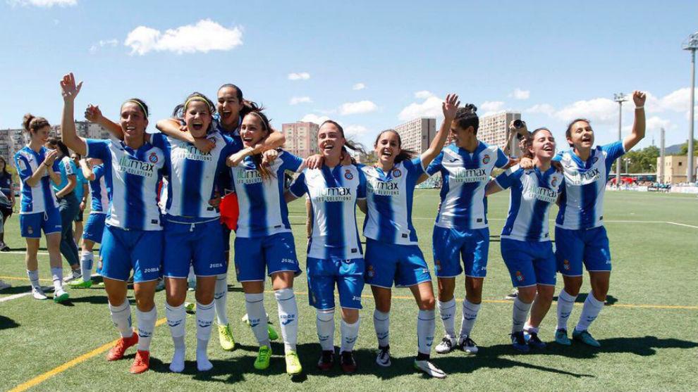 Brenda Pérez celebra la victoria ante el Betis junto a sus...