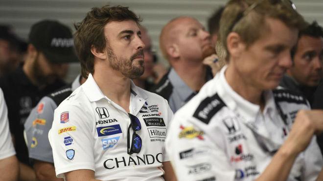 Fernando Alonso, durante un 'briefing' de pilotos en Indianápolis.