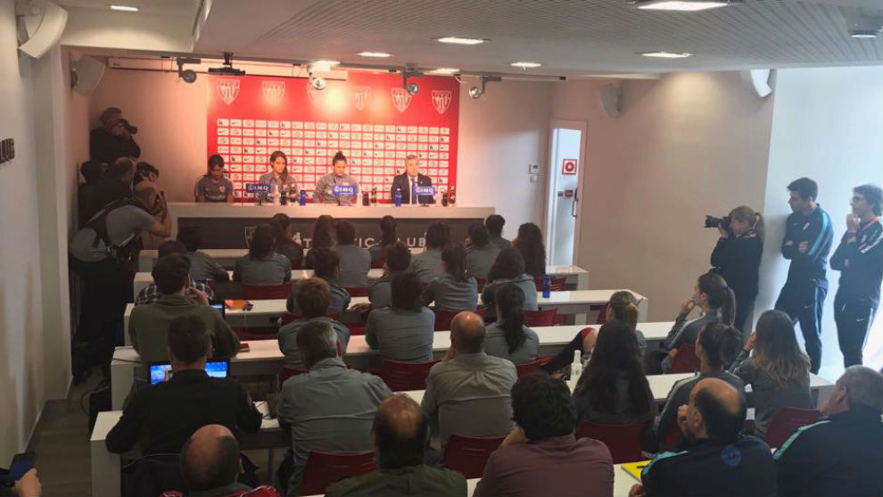 Iraia Iturregi, Eli IBarra e Irune Murua en rueda de prensa en Lezama.