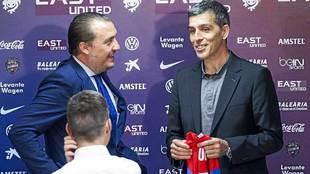 El presidente Quico Catalán y el técnico López Muñiz, el día de...