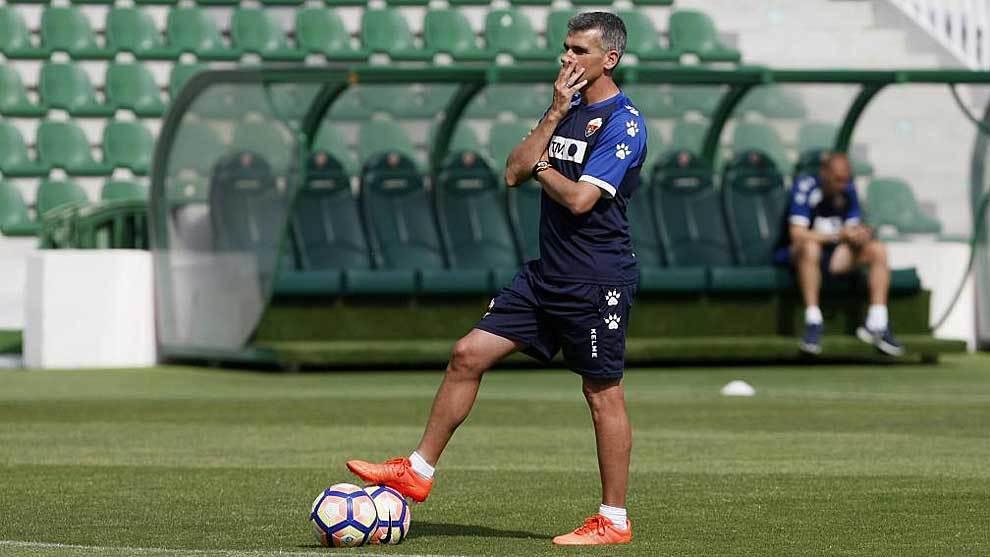 Vicente Parras, durante el entrenamiento de este jueves en el...