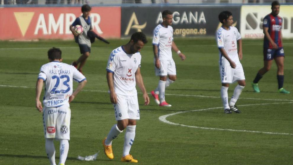 Los jugadores del Tenerife se retiran cabizbajos al término del...