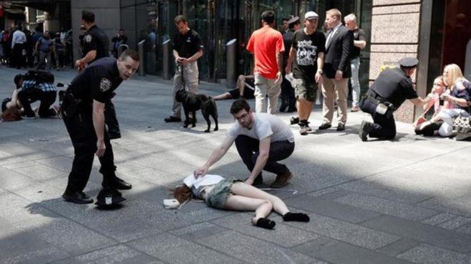 Policías y peatones asisten a las personas atropelladas en Times...