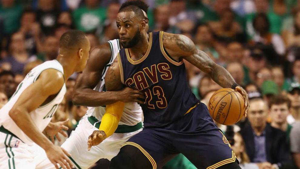 LeBron James (Cavs) trata de avanzar ante la presencia de Jaylen Brown...