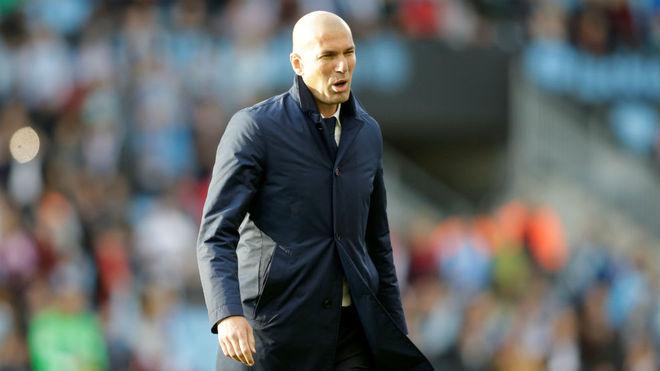 Zidane, en el césped de Balaídos.