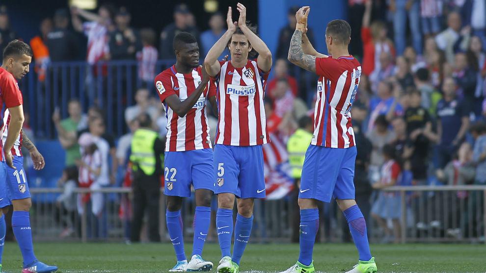 Tiago saluda a la afición junto a Torres y Thomas.