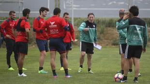 Juan Antonio Anquela (59) da instrucciones a sus jugadores en un...