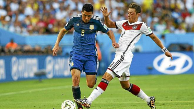 Enzo disputa un balón con Ozil durante la final del Mundial de...