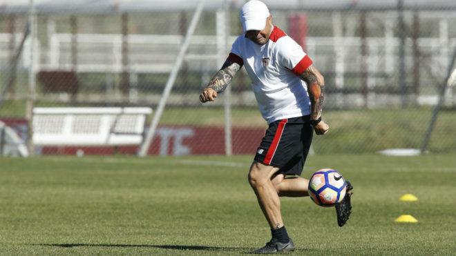 Sampaoli juega con un balón en el entrenamiento de este jueves.
