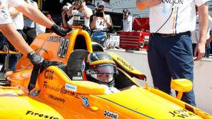 Alonso, en su monoplaza antes de salir a pista