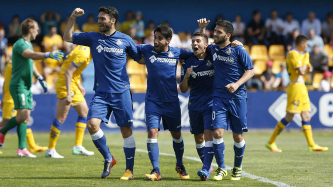 Pacheco y Portillo, a la derecha, celebran un gol con los también...