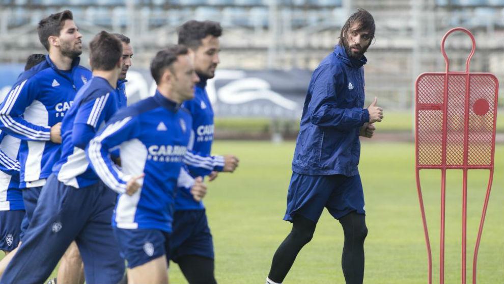Samaras junto a sus compañeros corre durante un entrenamiento.