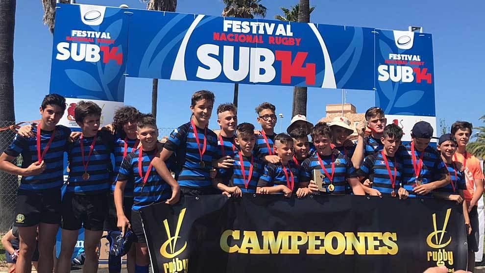 Los jóvenes jugadores de Industriales Las Rozas celebran su título...