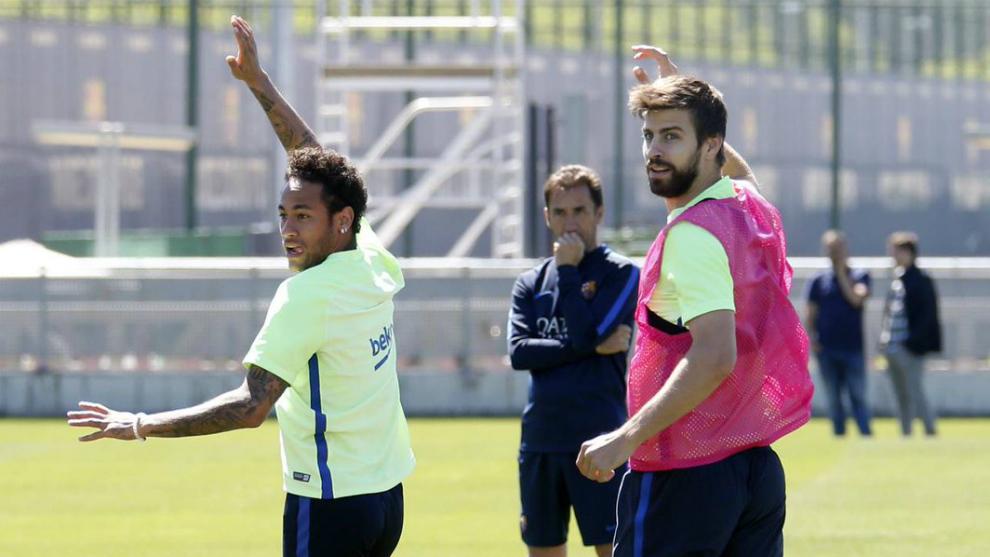 Neymar y Piqué, en el entrenamiento de este viernes.