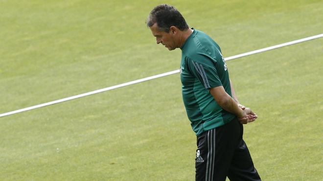 Alexis Trujillo, sobre el césped de la ciudad deportiva bética.