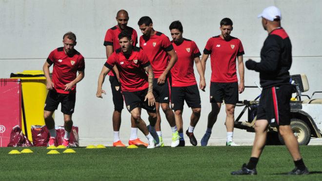 Los jugadores del Sevilla hacen un ejercicio este viernes.