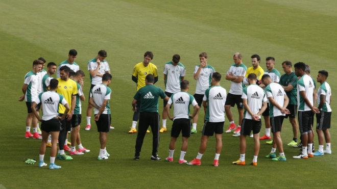 Alexis habla con los jugadores antes de un entrenamiento.