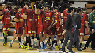 Los jugadores del Huesca tras un tiempo muerto