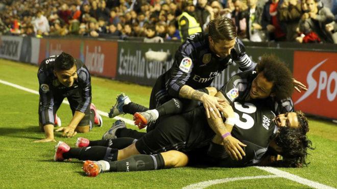 Los jugadores del Madrid celebran un gol en Balaídos.