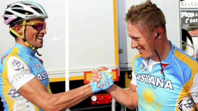 Contador saluda a Vinokourov tras el triunfo del kazajo en la...