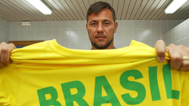 Alves posa con una camiseta de Brasil