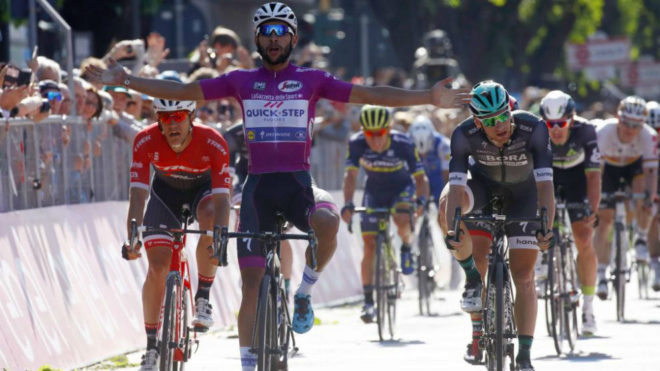Gaviria celebra su cuarta victoria en el Giro tras cruzar la línea de...
