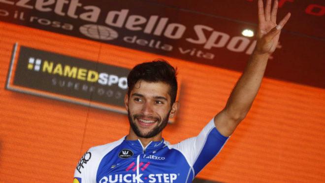 Gaviria hace el gesto de las cuatro victorias en el podio.
