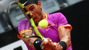 Rafael Nadal golpea la bola en un momento del partido ante Thiem.