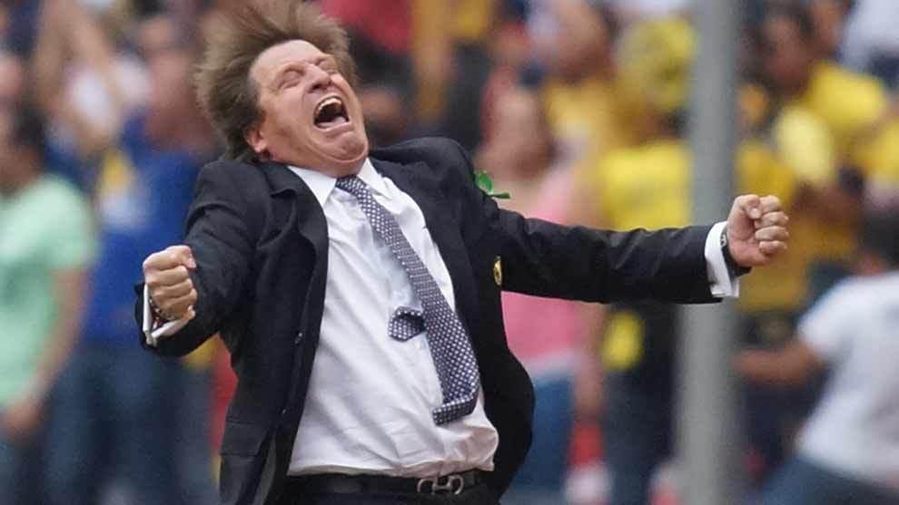 Miguel Herrera festejando un gol.