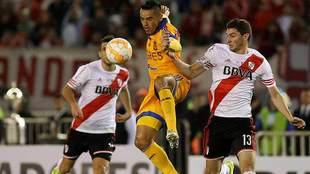 Juninho pelea el balón durante la final de la Copa Libertadores de...