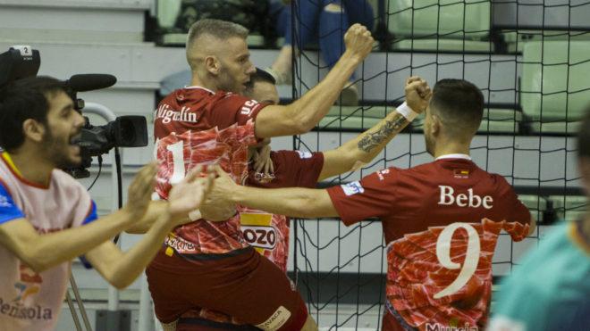 Los jugadores de ElPozo celebran uno de los goles frente al...