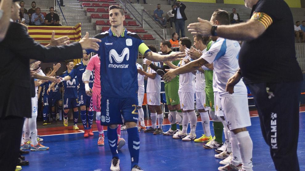 Los jugadores del Catgas hacen el pasillo a los del Movistar Inter...