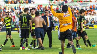 Los aficionados de Jaguares invadieron el campo en el partido ante...