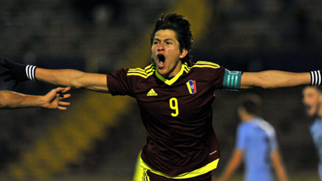 Ronaldo Peña, celebrando un tanto con Venezuela.