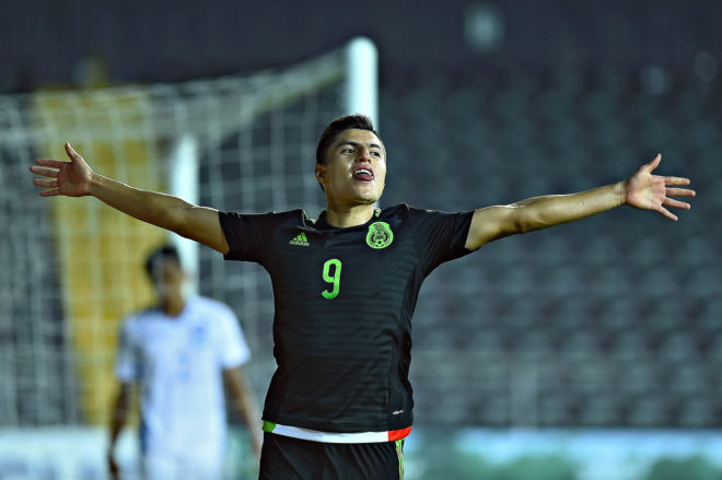 Ronaldo Cisneros, festejando un gol con México.