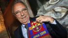 Joan Gaspart, posando con una bufanda del FC Barcelona.