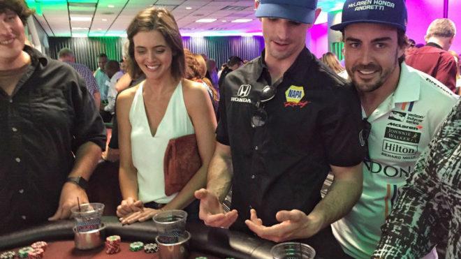 Fernando Alonso, en un casino con su compañero Alexander Rossi.