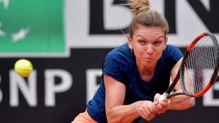 Simona Halep devuelve una pelota.