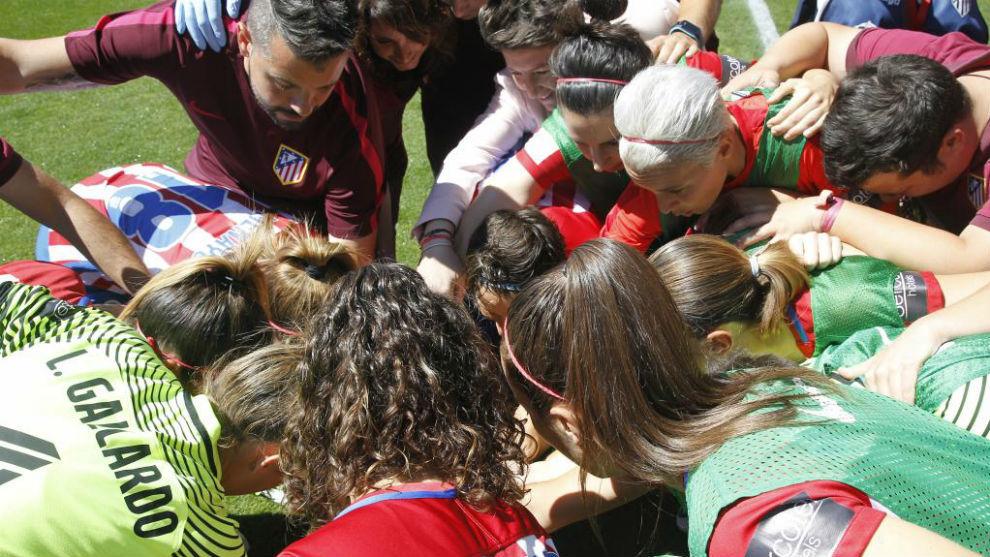 Las jugadoras del Atlético de Madrid hacen piña antes del partido.