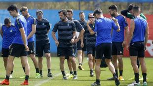 Quique y varios jugadores, durante un entrenamiento en Sant Adrià.