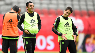Marco Fabián y Chicharito, en un entrenamiento con la selección...