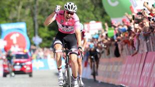 Tom Dumoulin celebrando en meta su triunfo en Oropa.