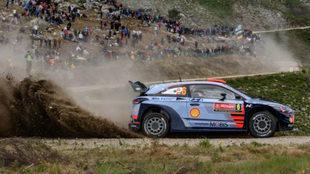 Sordo y su Hyundai, ante los aficionados de Portugal.