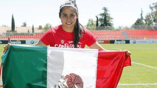 Kenti Robles, con la bandera de México tras ganar la Liga.