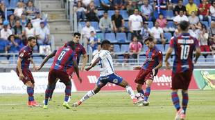 'Choco' Lozano, rodeado de rivales,  intenta interceptar el...