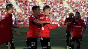Brandon celebra con Pleguezuelo y el resto de compañeros el gol del...