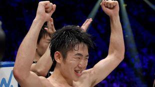 Ken Shiro celebra su victoria sobre Ganigan Lopez